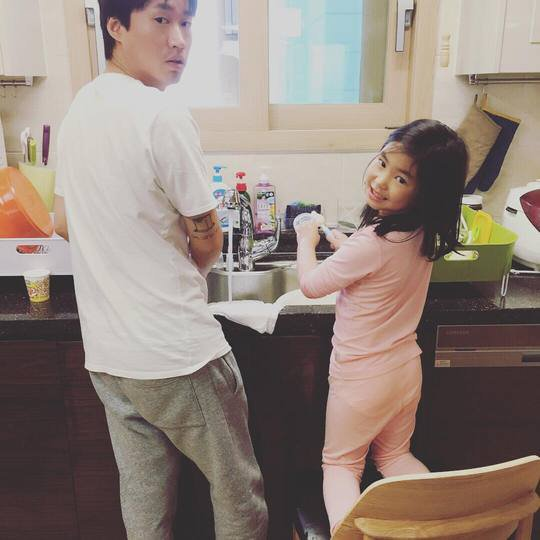 Kang Hye Jung comparte una dulce imagen de su vida hogareña con Tablo y Haru