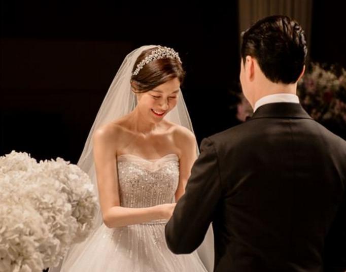 Kim Ha Neul es una preciosa novia en las fotos de su boda