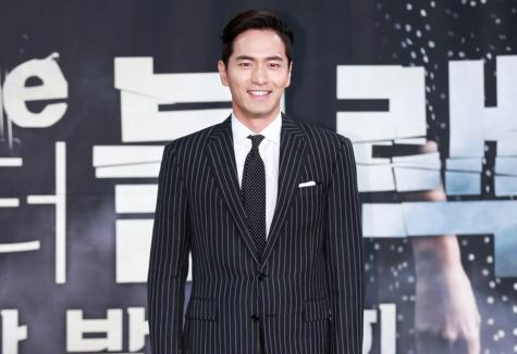 Lee Jin Wook habla sobre las diferencias entre su personaje y el de Song Joong Ki
