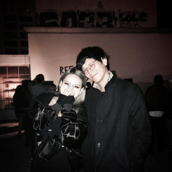Los compañeros de agencia CL y Kang Dong Won pasan el rato en Los Ángeles