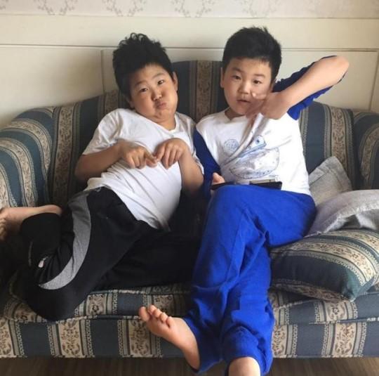 """Junsu y Yoon Hoo de """"Dad! Where Are We Going"""" se reúnen para tomarse una foto"""