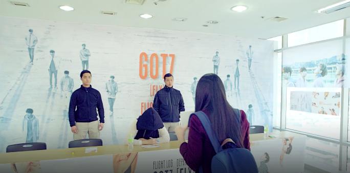 """Park Jin Young se hace pasar por integrante de GOT7 en una reunión de fans en el MV de """"Still Alive"""""""