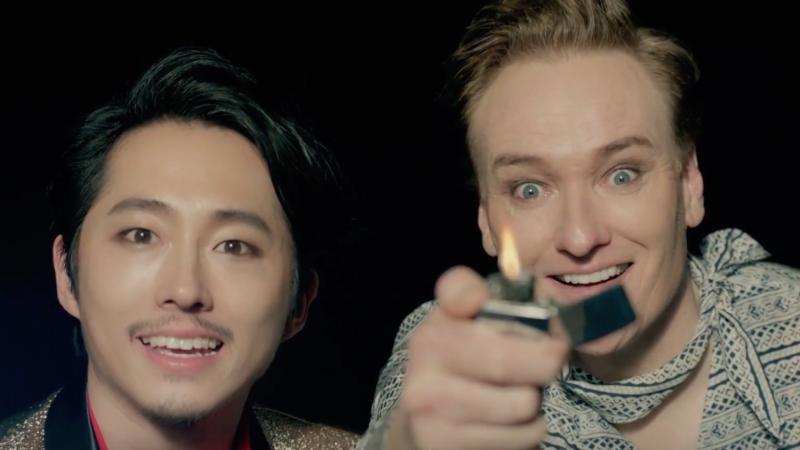 """Conan O'Brien y Steven Yeun se convierten en estrellas K-Pop para el video musical """"Fire"""" de Park Jin Young"""