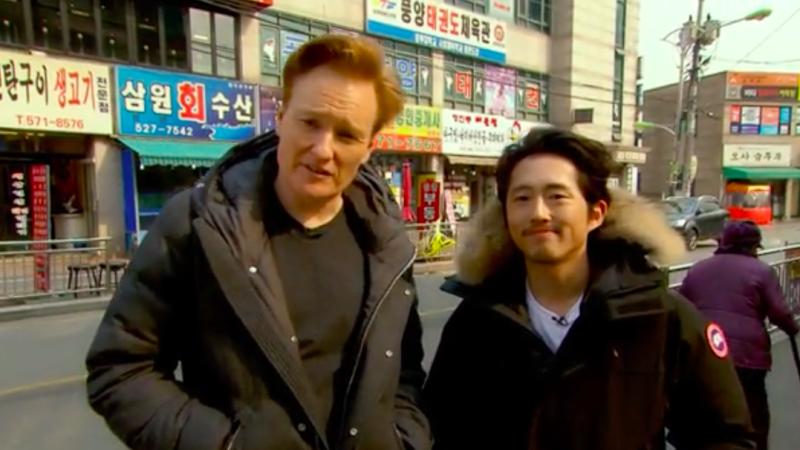 """Steven Yeun falla totalmente como guía turístico en """"The Conan Show"""""""