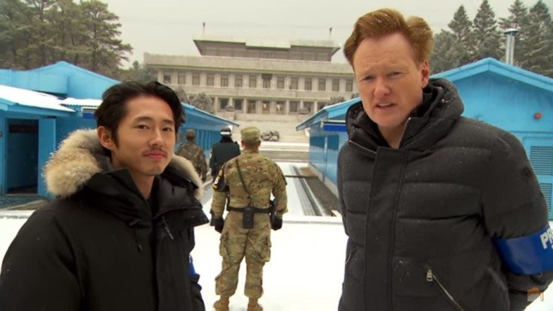 "Conan O'Brien es el anfitrión de ""North Korea's First Late Night Talk Show"" con Steven Yeun"
