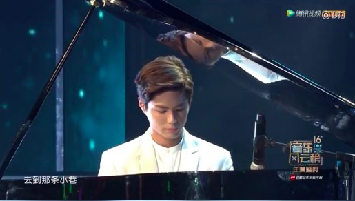 """Park Bo Gum toca el piano para la actuación de """"Reply 1988"""" en una ceremonia de premios china"""