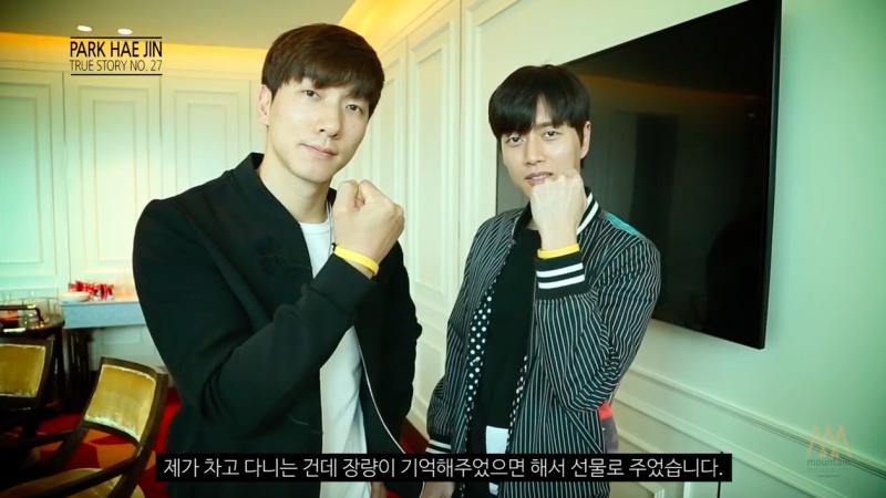 Park Hae Jin le da a su amigo Zhang Liang un brazalete del desastre del Sewol