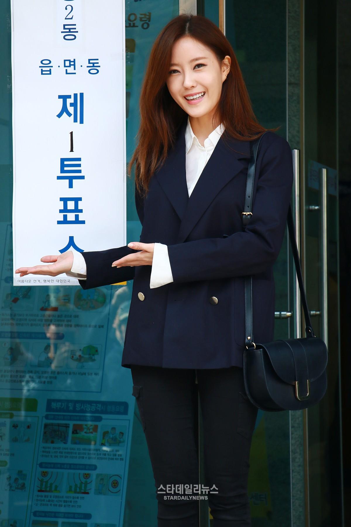 Suzy, Hyomin, Sooyoung, Yesung y muchos más acuden a las urnas para votar en el día de las elecciones