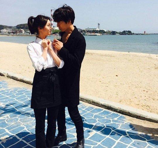 Ji Sung y Hyeri se miran románticamente a los ojos en la playa