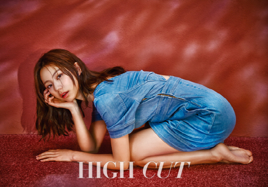 Park Soo Jin es besada por el sol para la revista High Cut