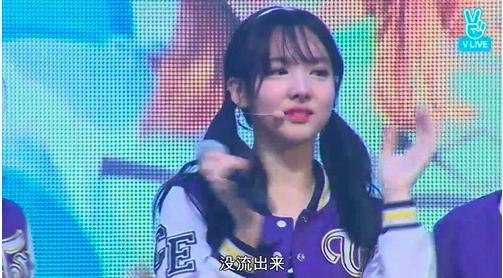Las chicas de TWICE lloran al ver el amor y apoyo que sus fans les brindaron en su mini-concierto de regreso