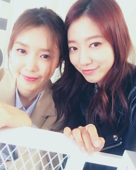 """Park Shin Hye comparte una foto desde el set de """"Entertainer"""""""