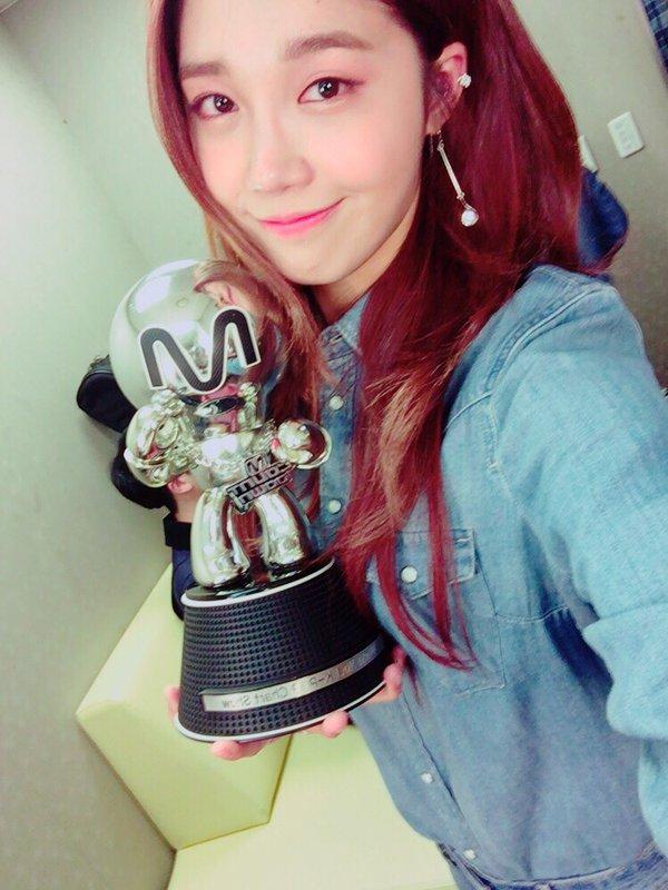 """Jung Eun Ji se lleva su 1era victoria con """"Hopefully Sky"""" en """"M!Countdown"""", presentaciones de Yesung, Block B, GOT7 y más"""