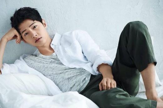 Song Joong Ki posa informal para Top Ten
