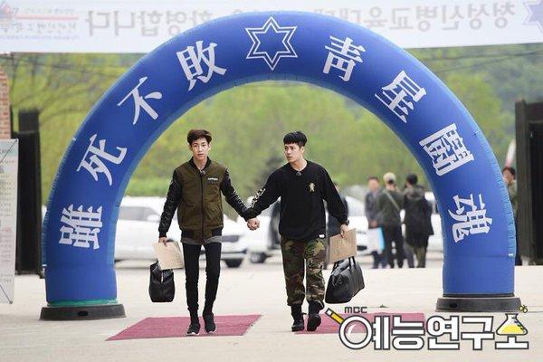 """Jackson y BamBam de GOT7 comienzan su servicio militar de la mano en """"Real Men"""""""