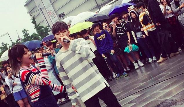 Akdong Musician continúa cantando al aire libre a pesar de la lluvia