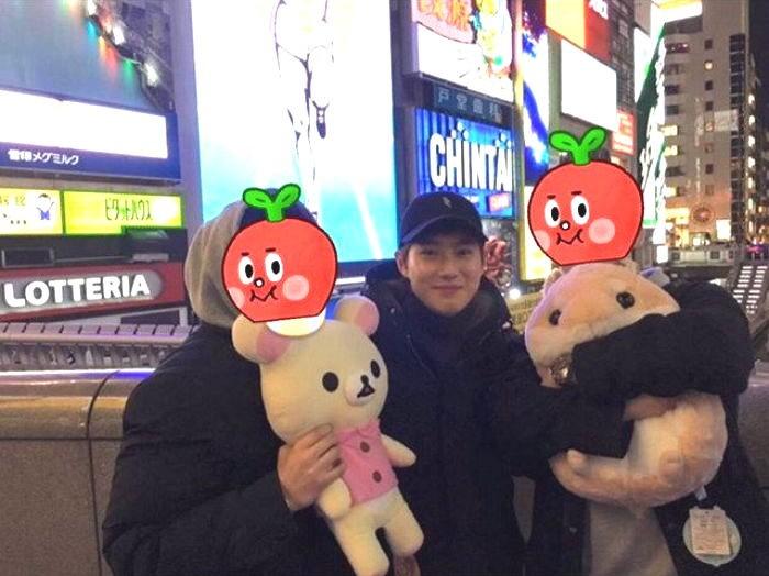 Turistas se fotografían con Suho de EXO sin saberlo