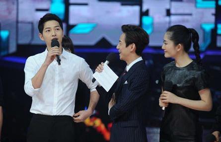 Song Joong Ki es un perfecto caballero en imágenes reveladas de un programa de variedades chino