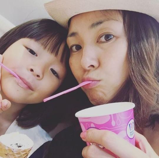 Yano Siho disfruta de un helado en una cita con su hija Choo Sarang