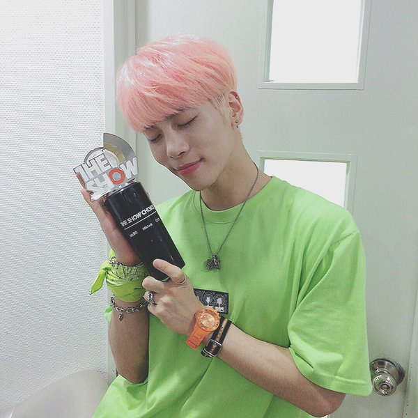 "Jonghyun de SHINee toma su primer trofeo con ""She Is"" en ""The Show"" – Presentaciones de Oh My Girl, APRIL, FIESTAR y más"