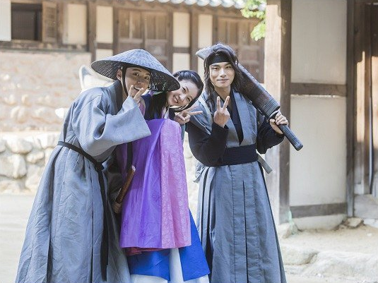 "Yoon Shi Yoon, Kim Sae Ron y Lee Yi Kyung muestran grandes sonrisas en el set de ""Mirror Of The Witch"""