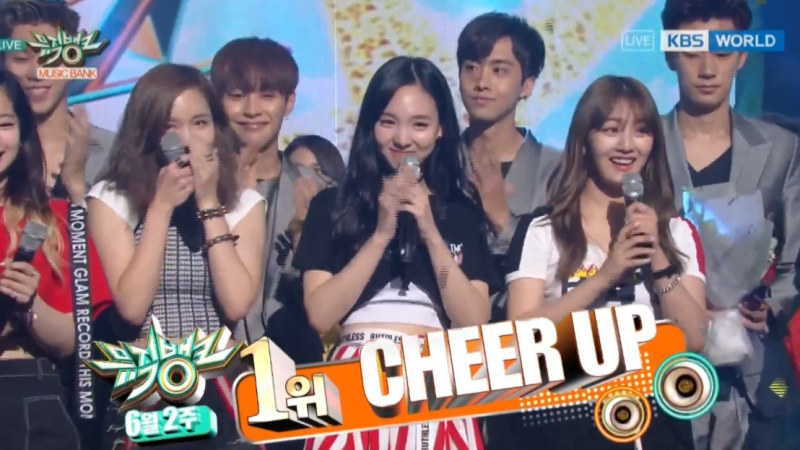 "TWICE consigue su décima victoria con ""Cheer Up"" en ""Music Bank"", actuaciones de EXO, EXID y más"