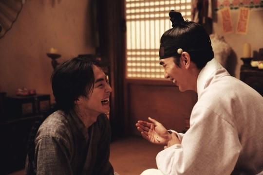 "Yoo Seung Ho y Xiumin de EXO iluminan el set de ""Seondal: The Man Who Sells The River"""
