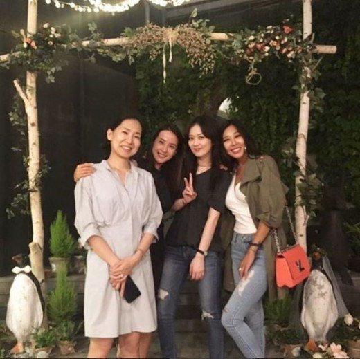 Jang Nara, Jessi, Jo Yeo Jeong y otros más asistieron a la fiesta íntima de la boda de Park Hee Soon y Park Ye Jin