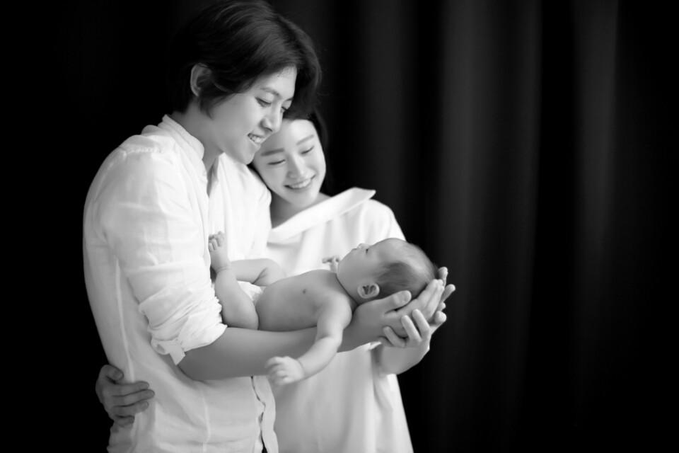 Dongho (ex-integrante de U-KISS) comparte hermosas fotos junto a su esposa y a su hijo recién nacido