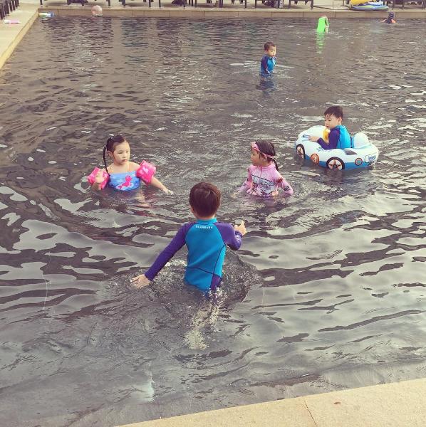 Los trillizos Song, Choo Sarang y Ji On disfrutan de una cita en un parque acuático