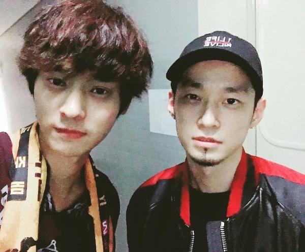 Los dobles Jung Joon Young y The Quiett se toman una foto juntos