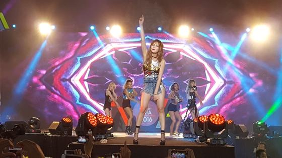 """HyunA canta en el """"Viral Fest Asia 2016"""", es su primera actuación tras la separación de 4Minute"""