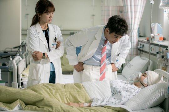 """""""Doctors"""" revela detalles e imágenes del cameo de Han Hye Jin"""