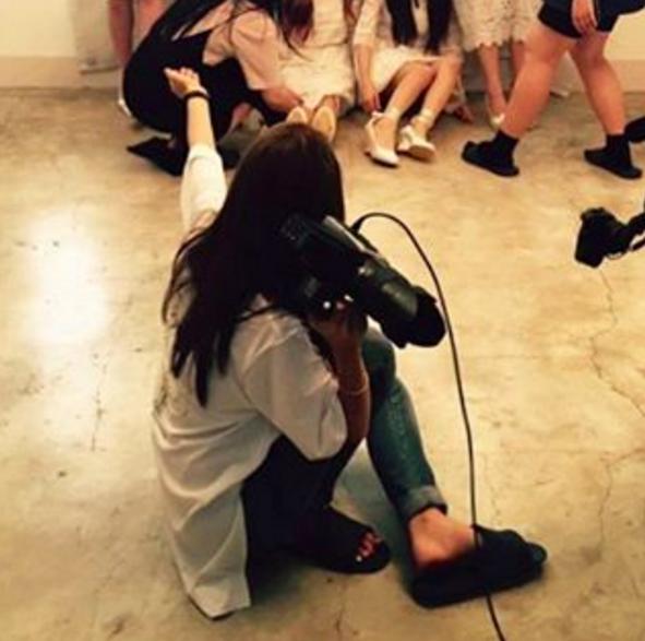 Las integrantes de I.B.I agradecen a Jisook de Rainbow por tomar las fotografías para su debut