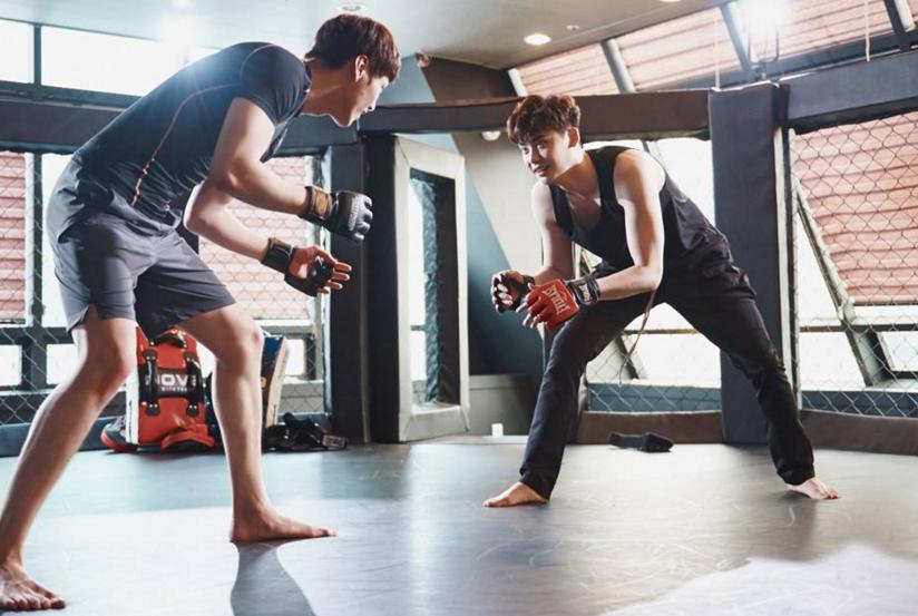 """Lee Jong Suk y Lee Tae Hwan son músculos y sudor en nuevas imágenes de """"W"""""""