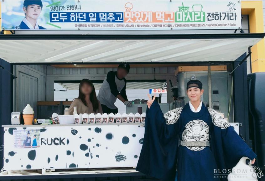 """Los fans de Park Bo Gum sorprenden al equipo de """"Moonlight Drawn By Clouds"""" con camiones de comida"""