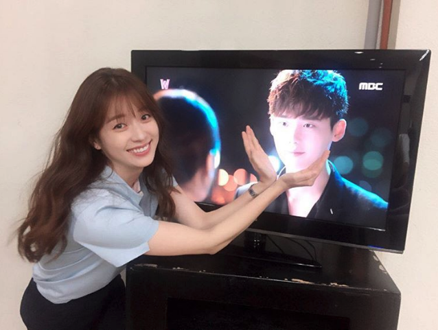 """Han Hyo Joo adorablemente muestra su amor por Lee Jong Suk y """"W"""""""