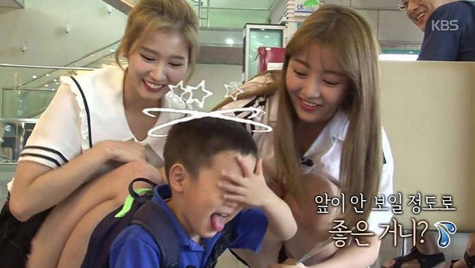 TWICE muestra afecto por los gemelos de Lee Hwi Jae