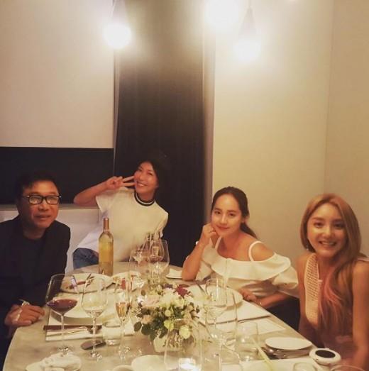 El grupo femenino de la primera generación S.E.S se reúne con el fundador de SM Lee Soo Man