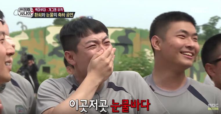 """EXID y TWICE realizan presentaciones en """"Real Men"""" y los soldados no pueden con la emoción"""