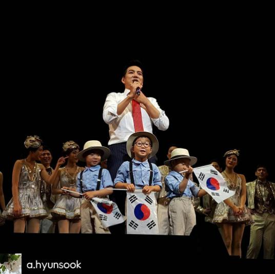 Los trillizos Song muestran su lado patriótico al unirse a Song Il Gook en el escenario para celebrar el Día Nacional de Liberación