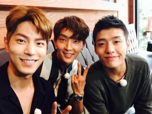 "Lee Joon Gi, Hong Jong Hyun y Kang Ha Neul se toman una foto durante su grabación para ""Running Man"""
