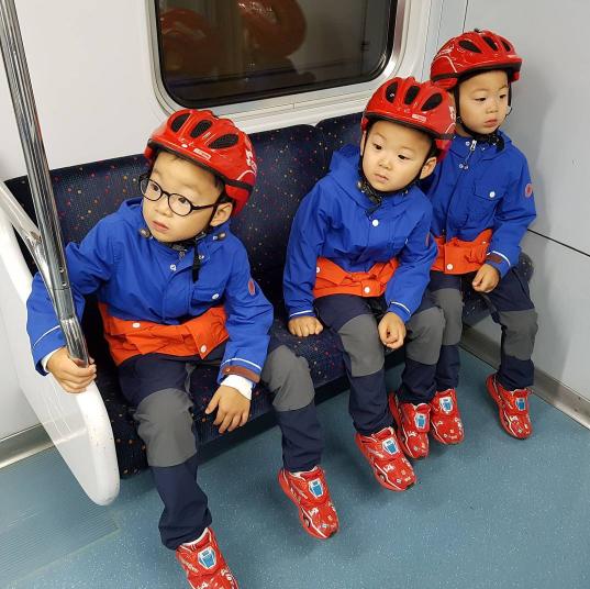 Los trillizos Song luciendo apuestos esperando a Choo Sarang en el metro