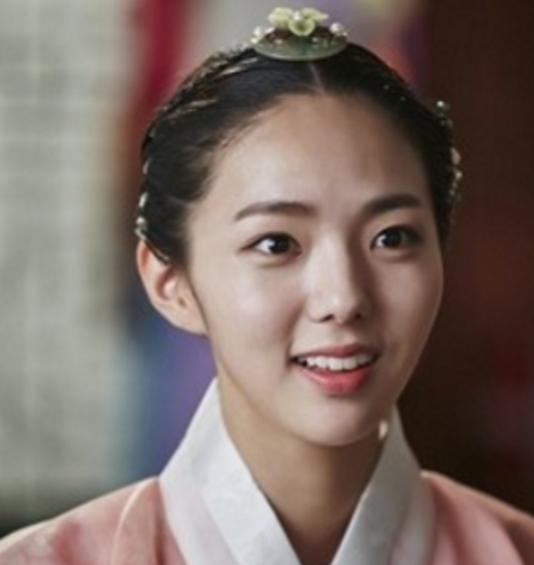 """El personaje de Chae Soo Bin en """"Moonlight Drawn By Clouds"""" realiza su primera aparición"""