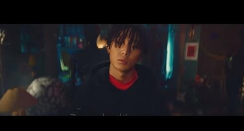 "[Actualizado] ¡Bobby de iKON publica MV para ""Holup"", su sencillo de debut en solitario!"