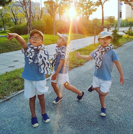 Los trillizos Song van en un tardío paseo de verano con su papá Song Il Gook