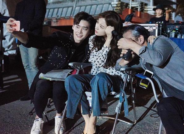 """Lee Jong Suk, Han Hyo Joo y Kim Ui Sung se toman fotos en el set de """"W"""""""