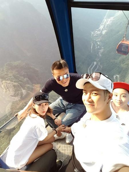 Fei, Jackson y Park Jin Young se toman una foto en el Parque Nacional de China