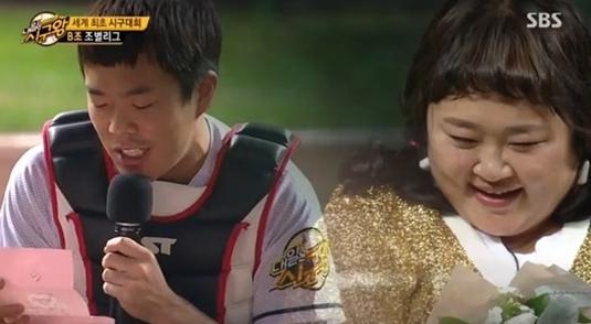 El humorista Kim Min Ki le propone matrimonio a Hong Yoon Hwa durante un especial de Chuseok