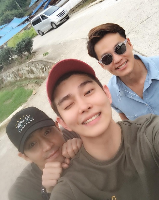 "Yoon Kyun Sang posa con Eric y Lee Seo Jin en el set de ""Three Meals A Day"""
